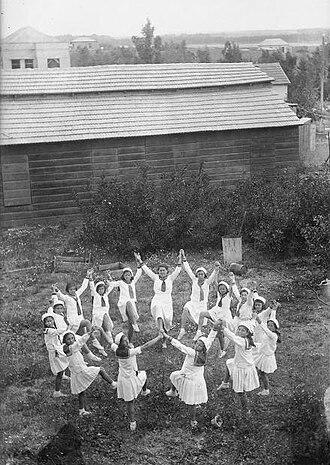 Tu B'Av - Dancing girls on Tu B'Av