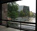 Platz der Alten Synagoge in Freiburg im Regen, Blick vom Kollegiengebäude II, hinter dem Synagogenbrunnen die Universitätsbibliothek.jpg