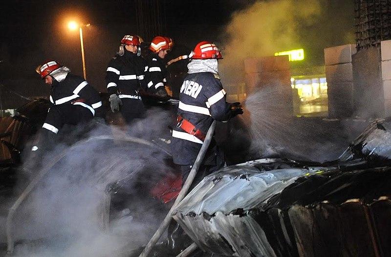 File:Pompierii in acțiune.jpg