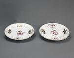 Porslin. Två tallrikar, vita med blomsterdekor - Hallwylska museet - 89182.tif