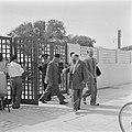 Portier van de Knesseth in Tel Aviv bij het toegangshek terwijl een parlementsl…, Bestanddeelnr 255-1333.jpg