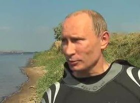 Файл:Putin with amphora jugs after scuba diving.ogv