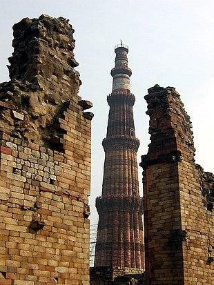 Das Qutb Minar in der Quwwat-ul-Islam-Moschee in Delhi war das Siegeszeichen des Sultans Qutb-ud-Din Aibak (um 1200)