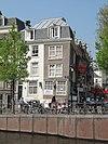 foto van Hoekhuis met gevels onder omlopende lijst