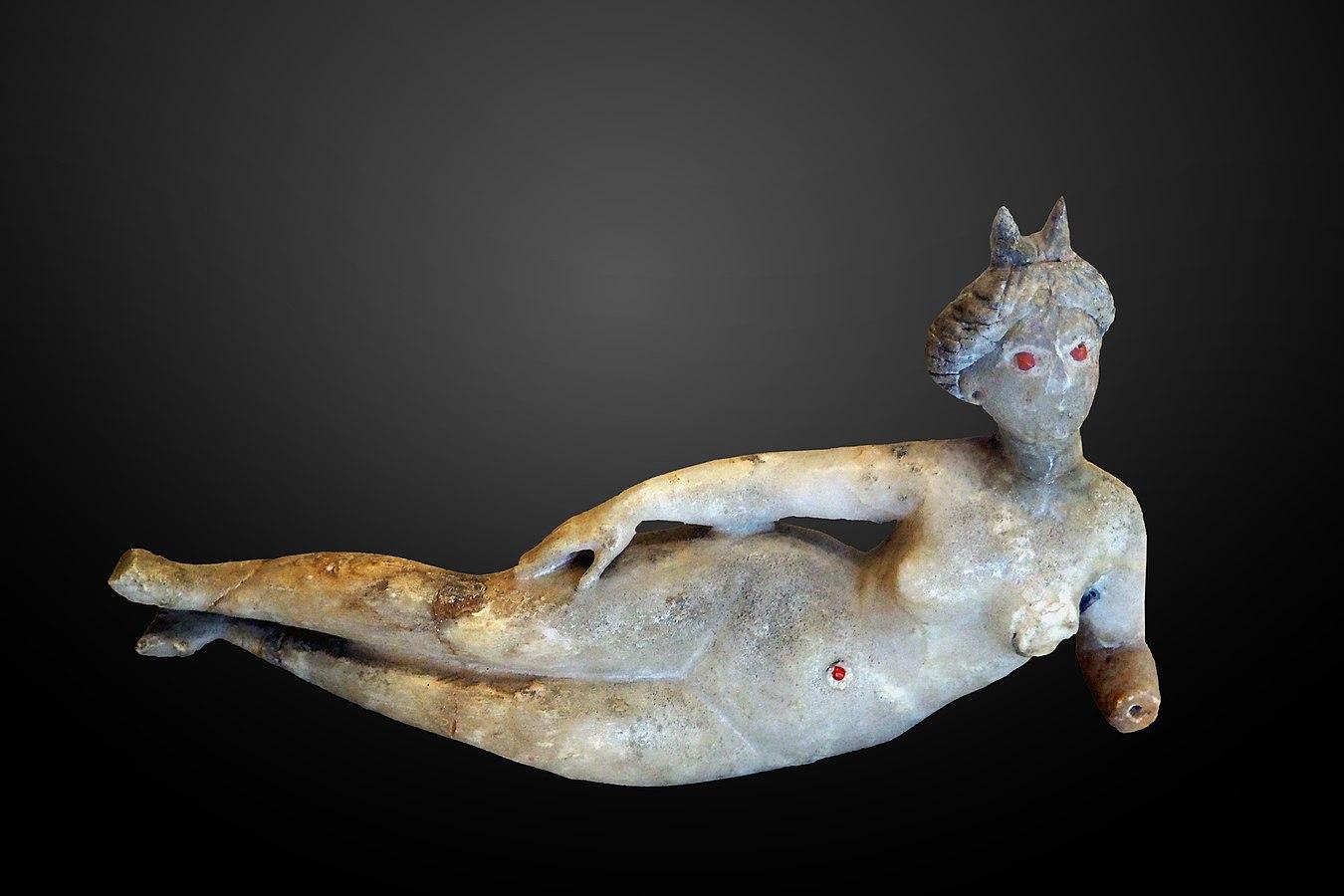 Statuette de femme à demi couchée