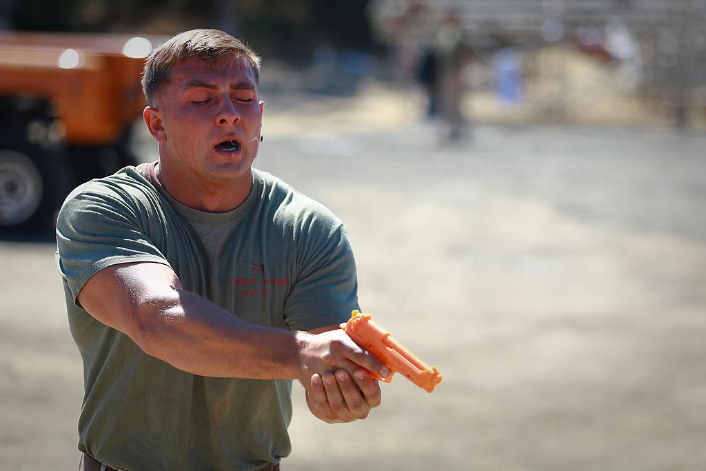 Některé armády během náboru u uchazečů testují schopnost překonat následky zasažení pepřovým sprejem. Foto: Michael Cifuentes / Wikimedia.