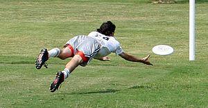 Jugador lanzando el frisbee a zona de gol