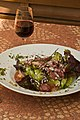 Salade de gésiers et vin rouge AOC.jpg