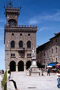 San Marino-110-Piazza della Liberta-Regierungspalast-1979-gje.jpg