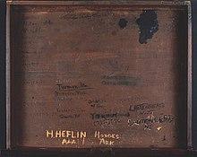 Внутри деревянный стол с несколькими именами, вырезанными на нем