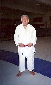 45b5cb40d3cc Shozo Awazu à Paris, en 2003, 9 dan (kyū-dan, ceinture rouge).