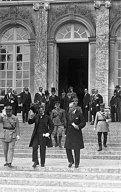 A szerződés magyar aláírói Benárd Ágost küldöttségvezető (balra, cilinderrel a kezében) és Drasche-Lázár Alfréd rendkívüli követ, államtitkár (jobbra, fedetlen fővel)