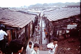 Slums-of-Mumbai-1979-gutter-roofs-IHS-87-05.jpeg