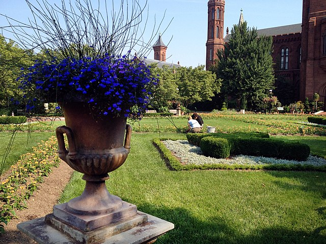 File:Smithsonian-haupt-garden-urn.jpg - Wikimedia Commons