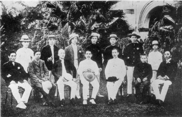 Dr. Sun Yat-sen together with the members of the Singapore Branch of the Tongmenghui