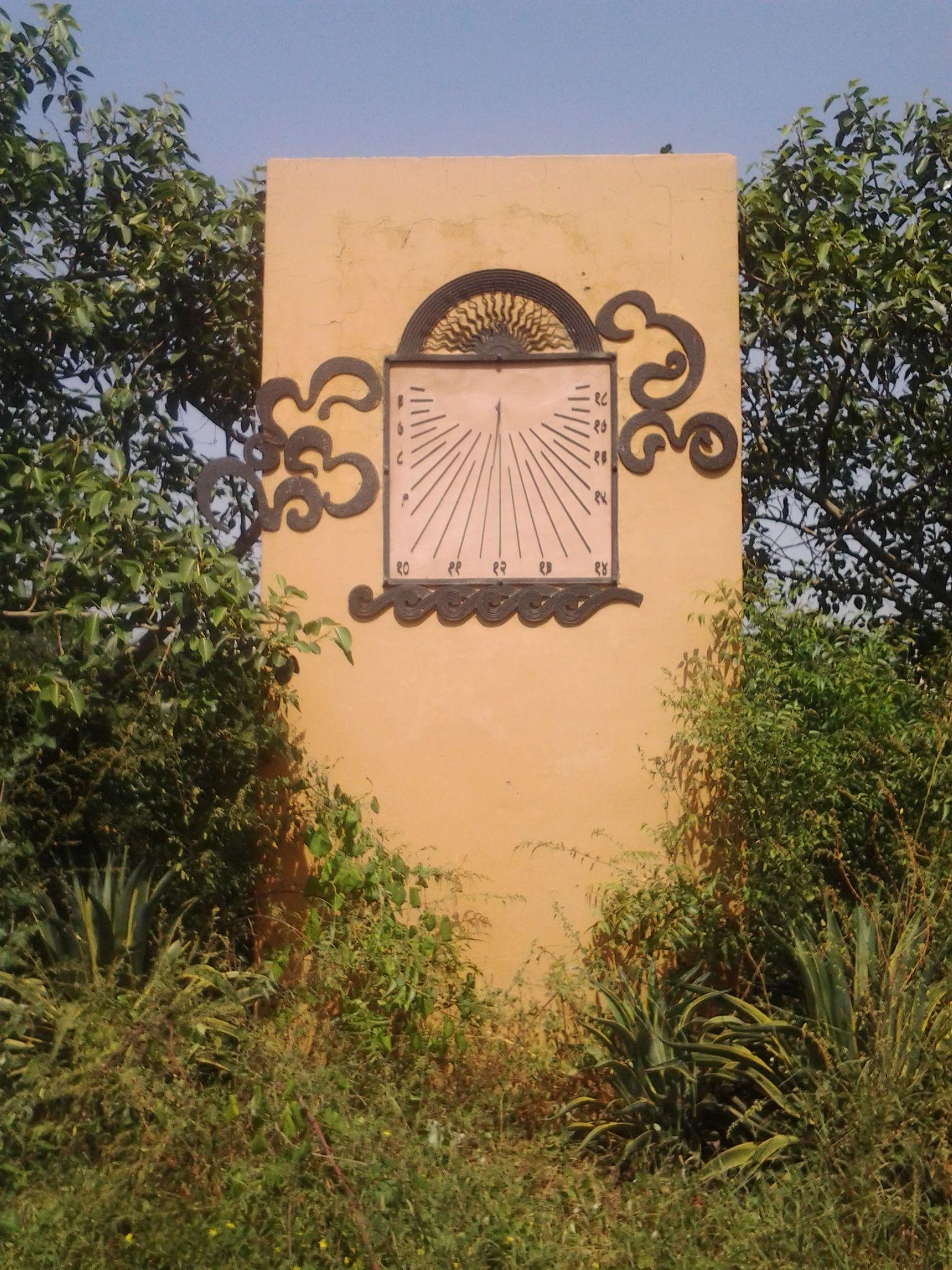 Filesun clock inside the garden of five sensesg wikimedia filesun clock inside the garden of five sensesg amipublicfo Choice Image