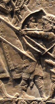 Таммариту (позади лука), сын Уртака, возглавлял ассирийские войска против Теуммана, царя Элама.jpg