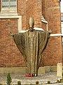 Tarnów, centrum města, socha papeže Jana Pavla II.JPG