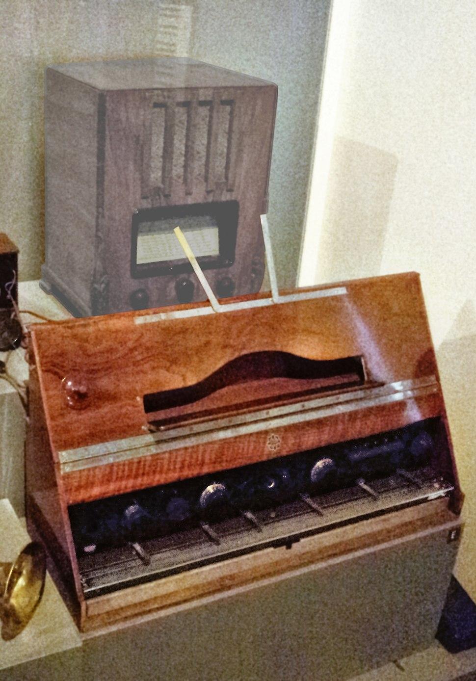Telefunken Volkstrautonium, in front of antique radio, MfM.Uni-Leipzig (clip)