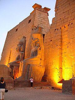 Templo de Luxor, puerta de entrada: estatuas sedentes de Ramsés II