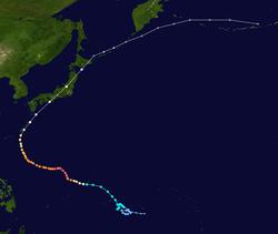 Tayfun yolunun uydu görüntüsü.  Filipinler'in doğusundaki Pasifik Okyanusunda başlar, Japonya boyunca yaylanır ve Aleutian Adaları yakınında sona erer.
