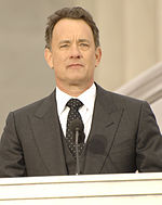 Photo o Tom Hanks staundin behind a podium at the Lincoln Memorial in 2009.