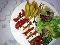 Tomates mozzarella, accompagnées de piments et d'une salade verte composée 01.jpg