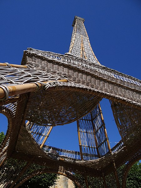 At a height of about 15 to 20 meters, this copy is made ​​entirely of wicker by students of the National School of osiériculture and basketry Fail-Billot (52500, France)