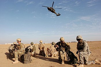 English: US and Iraqi Army Soldiers guard bord...
