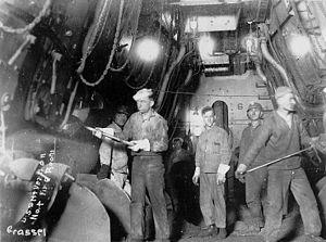 USS Mount Vernon - Heizer im Kesselraum.jpg