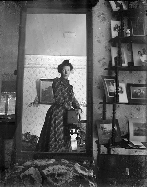 File:Unidentified woman taking her own photograph using a mirror and a box camera, roughly 1900.jpg