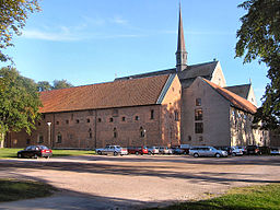 Vadstena middelalderklostre har set fra nord, med nonnernes bygninger snart.   Murstensbygningen til venstre er det det tidligere kongeslot.