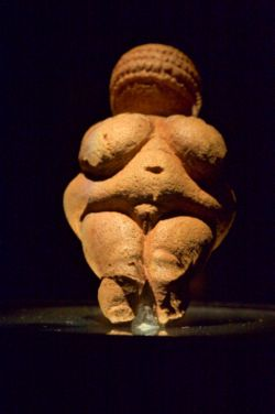 Vénus de Willendorf, de face.