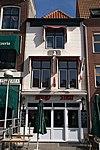 foto van Huis met gepleisterde gevel. Eenvoudige voordeuromlijsting met rozetbovenlicht. Gevelsteen met buste van Jacobus Bellamy