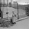 Vrouw met palmtakken voor de hekken van de Madeleine, Bestanddeelnr 254-0523.jpg