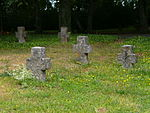 Würzburg-kriegsgräberstätte-bombenopfer-würzburg-hauptfriedhof-steinkreuze-vorne.JPG