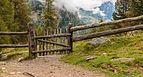 Wandeltocht rond Lago di Pian Palù (1800 m). in het Nationaal park Stelvio (Italië). Houten hekwerk 01.jpg