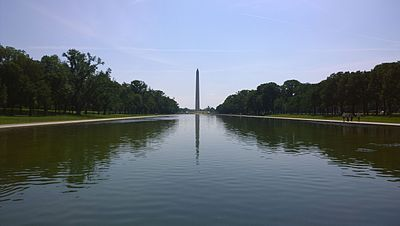 Monumen Washington bersama Kolam Pantulan Memorial Lincoln, Washington, D.C., Amerika Serikat.