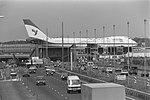 Werkzaamheden aan Schipholtunnel begonnen overzicht met vliegtuig en verkeer, Bestanddeelnr 934-2896.jpg