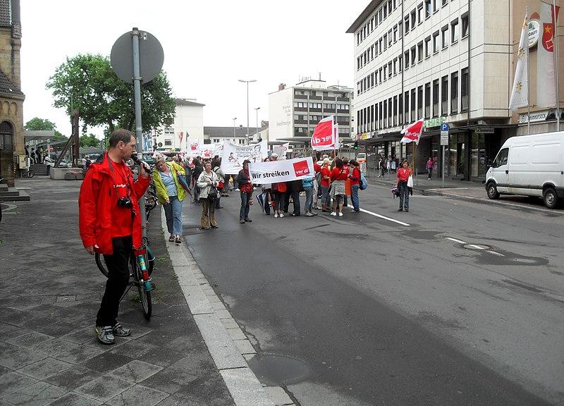"""File:Worms- Bahnhofstraße- Kundgebung eines Streiks der Vereinten Dienstleistungsgewerkschaft (""""ver.di"""") 26.5.2009.jpg"""