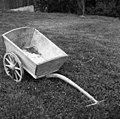 """""""Kula"""", dvokolesni voziček za razno pripeljat. Lastnik pri Ruparju, Veliki Osolnik 1960 (cropped).jpg"""