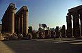 Ägypten 1999 (255) Tempel von Luxor- Säulenkolonnade und Hof des Amenophis III. (27690563494).jpg