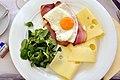 Æg, bacon, salat og emmenthaler (7752386474).jpg