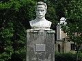 Пам'ятник Івану Франку біля палацу.jpg