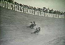 Board Track Race in 1911. De reclameborden zijn van de Hendee Mfg.Co., later bekend als Indian Motocycle Co.