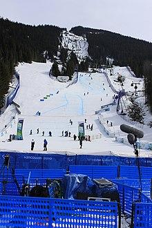 Vista geral de uma montanha nevada, preparada para receber eventos do esqui.