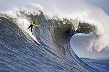 Un surfista che cavalca l'onda