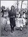 70-ste verjaardag Koningin Juliana defilé Soestdijk Prinses Irene met haar kin, Bestanddeelnr 006-0019.jpg