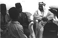 UN NIÑO DE LA ESCUELA SALUDA A EMIR ABDULLAH DE TRANSJORDAN DURANTE SU VISITA A JAFFA.  אמיר (מלך) עבדלה מירדן בביקורו ביפו.  בצילום נער מבית ספר ביפו מברך את .jpg