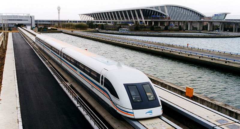 Fichier:A maglev train coming out, Pudong International Airport, Shanghai.jpg